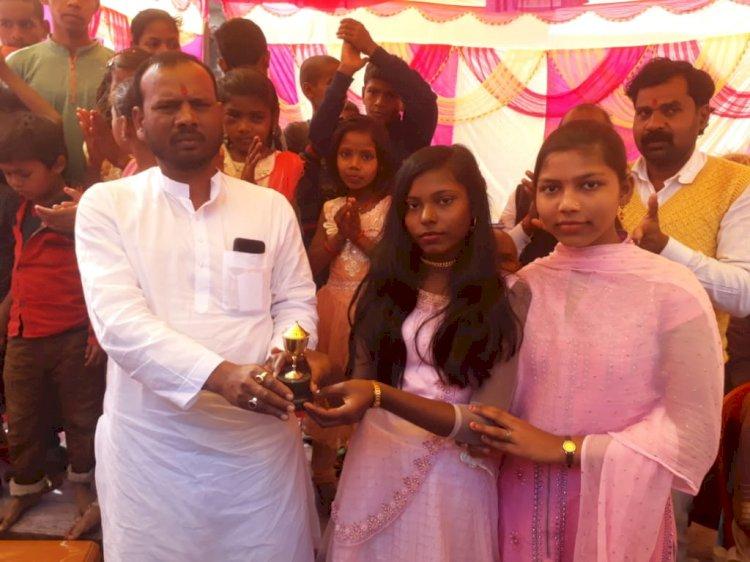 सरस्वती पूजा के मौके पर आयोजित सांस्कृतिक कार्यक्रम में चयनित प्रतिभागी हुए पुरस्कृत
