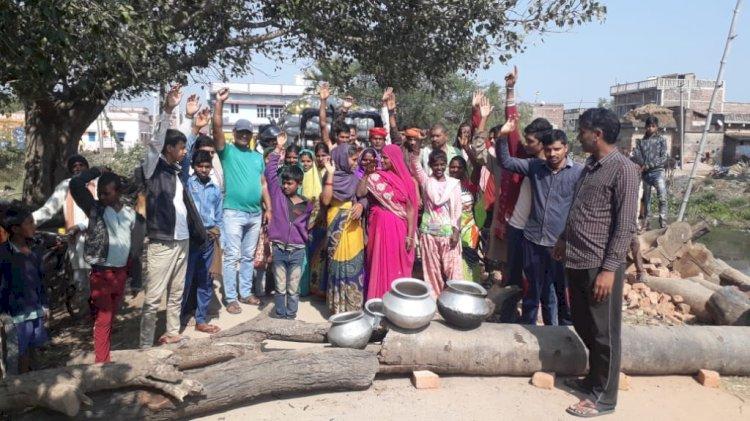 शेखपुरा के अबगिल में पेयजल समस्या को लेकर ग्रामीणों ने किया सड़क जाम