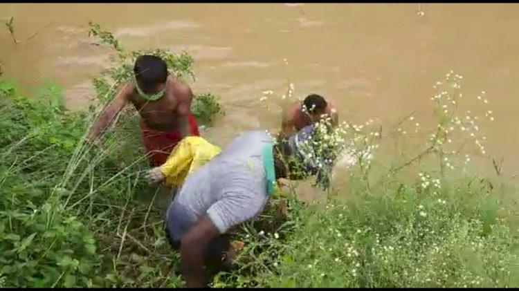 नहर के पानी मे तैरती अवस्था मे मिला एक अज्ञात महिला का शव।