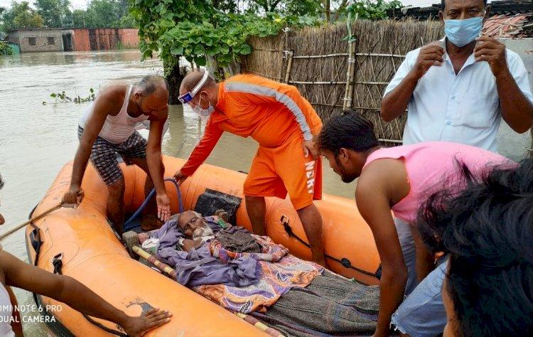 गोपालगंज में एनडीआरएफ ने रात्रि ऑपेरशन चलाकर सैकड़ों लोगों को बचाया।