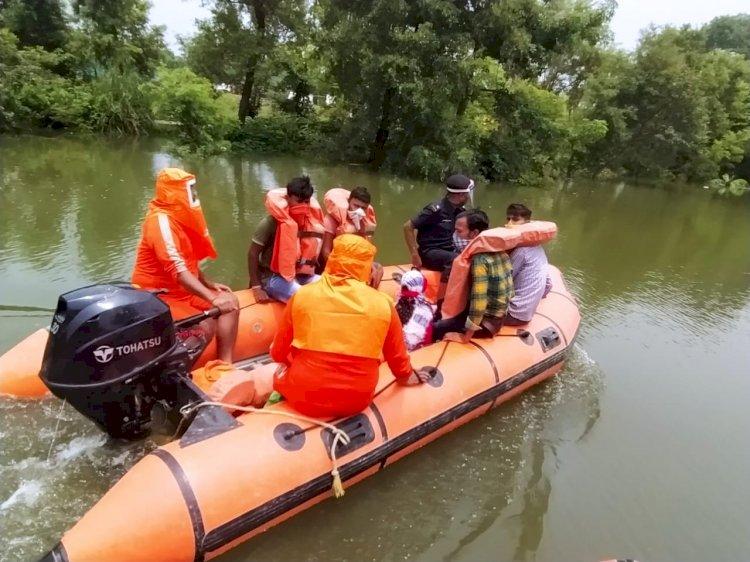 बिहार के बाढ़ प्रभावित इलाकों में एनडीआरएफ का दिखा मानवीय चेहरा।