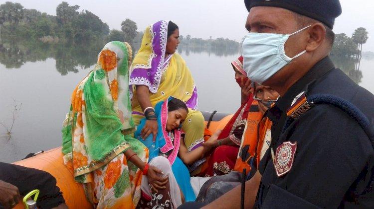 एनडीआरएफ ने रेस्क्यू ऑपरेशन चला कर सैकड़ो बाढ़ पीड़ितों को किया सुरक्षित।