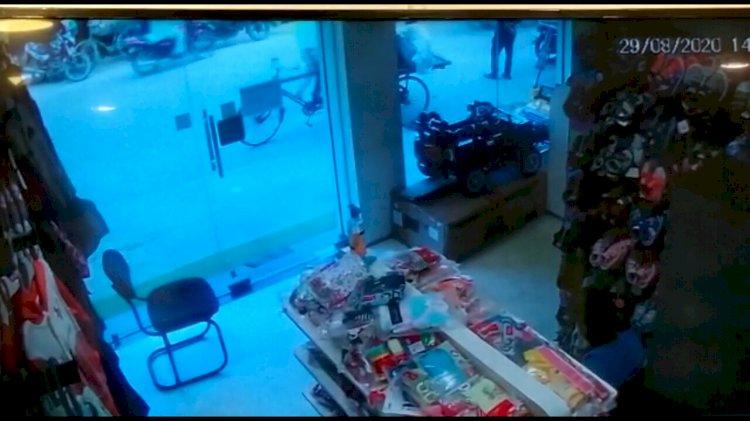 बेगूसराय के विष्णुपुर में एक घंटे के भीतर लोगों ने बाइक चोर को दबोचा।