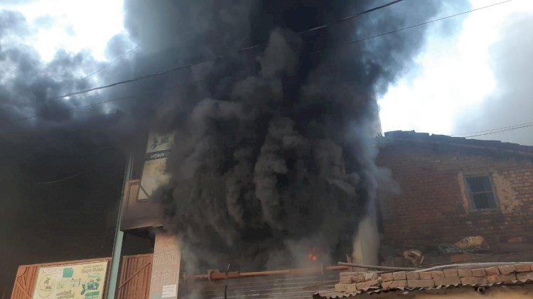 वीरेंद्र ट्रेडिंग में लगी भीषण आग से लाखों रुपए की क्षति का अनुमान