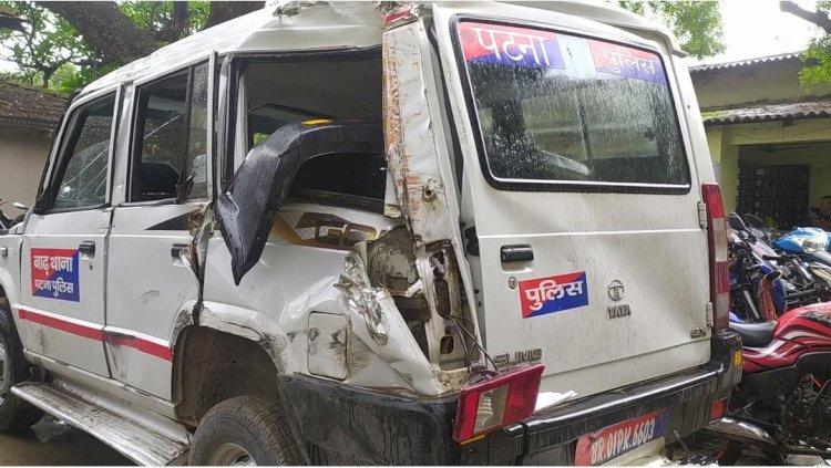 सीमेंट ढोने वाले ट्रक से भरी मात्रा में विदेशी शराब बरामद, ट्रक रुकवाने में पुलिसकर्मी घायल।